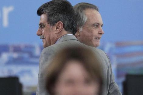 El ministro Wagner Rossi (d) habla con el senator Romero Juca (i). | Reuters