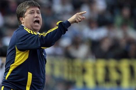 Hernán 'Bolillo' Gómez da indicaciones a sus jugadores en la Copa América.   Efe