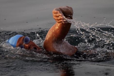 La nadadora estadounidense Diana Nyad durante la travesía. | AP