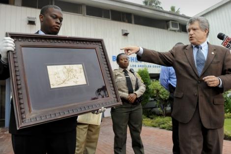 El Sheriff del condado muestra el cuadro recuperado. I AP