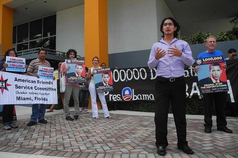 Un grupo pro-inmigrantes se manifiesta en contra de 'Comunidades Seguras' en Miami. | AFP