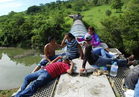 Varios de los inmigrantes que participaron en la caravana de julio por sus derechos. | Efe