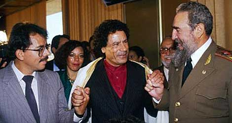 Daniel Ortega, Muamar Gadafi y Fidel Castro se dan la mano en Harare en 1986.