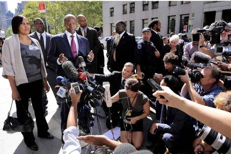 Diallo, junto a su abogado y una nube de periodistas, hoy, tras su reunión con el fiscal. | Efe