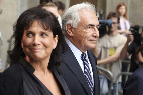 DominiqueStrauss-Kahn sale junto a su esposa, Anne Sinclair, del tribunal de Manhattan.   Efe