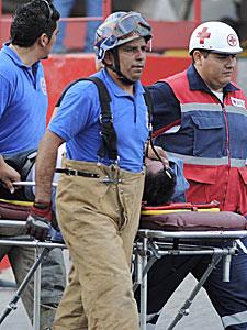 Socorristas trasladan a un herido. | Efe