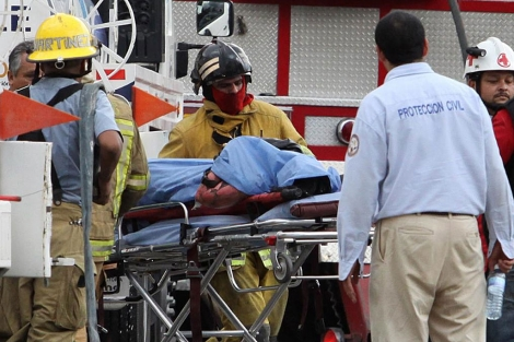 Los equipos de rescate trasladan el cuerpo de una de las víctimas del atentado.   Reuters