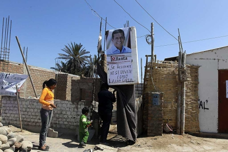 Un cartel dice: 'Sr. presidente no se olvide como Alan García' en un barrio de Pisco. | Reuters