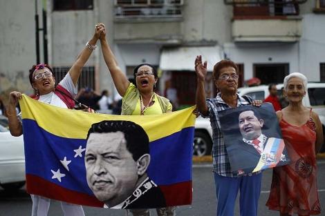 Simpatizantes de Chávez realizan una vigilia afuera del Hospital Militar.   Reuters