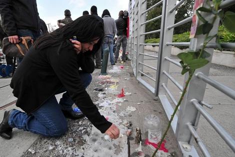 La gente enciende velas en tributo al equipo de la televisión muerto en el accidente.   AFP