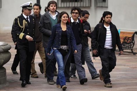 La líder de los estudiantes, Camila Vallejo, (c) llega con varios compañeros a la cita.   Reuters