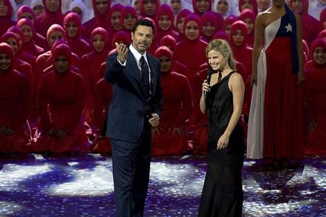 Los presentadores Soledad Onetto (d) y FelipeCamiroaga (i) en el Viña del Mar en 2010 | Efe