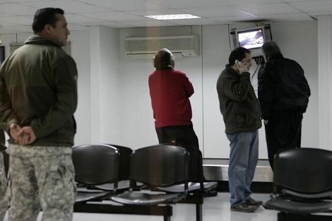Familiares de las víctimas aguardaban anoche en Santiago noticias. | Reuters