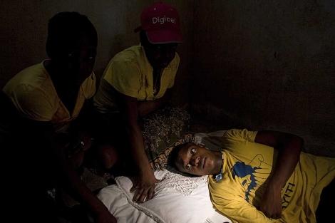 El joven supuestamente abusado junto a sus familiares en su casa en Haití. | AP