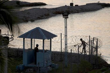 Un haitiana pasa por una base de la ONU a cargo de fuerzas uruguayas.   AP