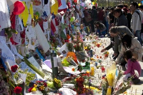MIles de personas homenajearon a Felipe Camiroaga.   AFP