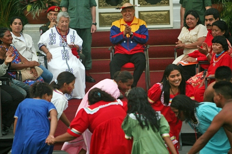 Chávez asiste a un ritual indígena en el palacio de Miraflores.   Efe
