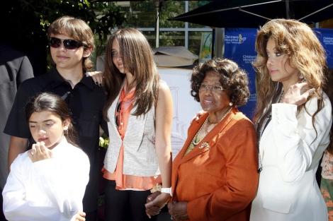 Los tres hijos de Michael Jackson con su abuela y su tía.