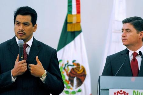 El subprocurador de Control de la Fiscalía General, José Cuitláhuac (i), y el Gobernador de Nuevo León, Rodrigo Medina, en la rueda de prensa. | Efe