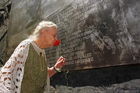 La madre de un disidente en el Memorial a las 230 Víctimas del dictador, en VillaGrimaldi