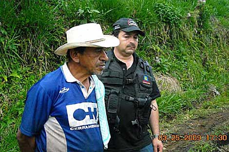 Arcedio Álvarez es escoltado por un policía. | El Espectador