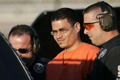 José Padilla (c) es escoltado por la Policía en el centro de Miami. | AP