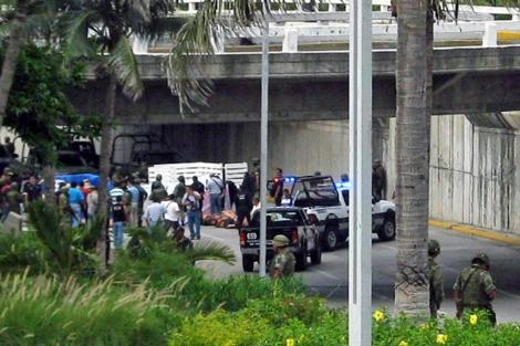 Imagen de la avenida donde han aparecido los camiones con los cuerpos. | AFP