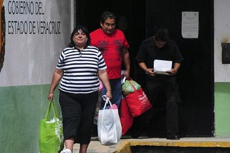 María de Jesús Bravo y Gilberto Martínez caminan por la prisión. | Reuters