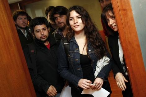 Camila Vallejo y sus compañeros llegan a una reunión con el ministro de Educación de Chile. I Efe