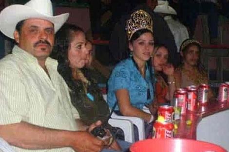 Emma Coronel, esposa de 'El Chapo', en el centro con una corona en una foto de archivo.