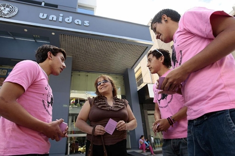 Miembros del grupo 'Cascos Rosa', que se autodenominan 'neomasculinos'. | Efe