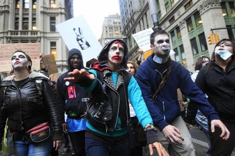 Manifestantes disfrazados de zombis por las calles de Nueva York. | AP