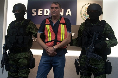 Soldados mexicanos escoltan a Noel Salgueiro Nevarez, alias 'El Flaco Salgueiro'.   AFP
