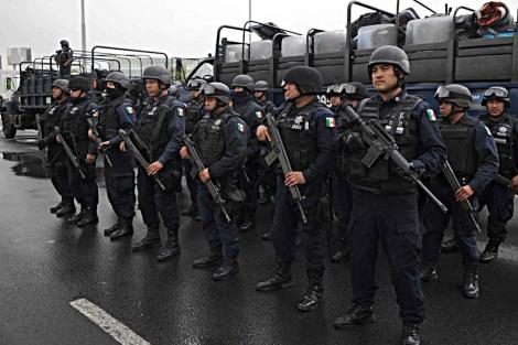 Varios agentes federales listos para viajar al puerto de Acapulco. | Efe