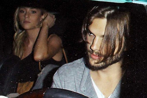 Una imagen en la que aparecen juntos Ashton Kutcher y Sara Leal.