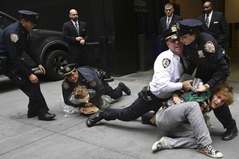 La Policía arrestó este miércoles a un grupo de 'indignados' de Wall Street. | AP