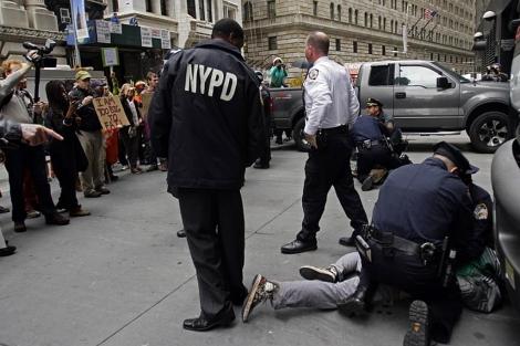 La Policía de Nueva York detienen a un grupo de manifestantes. | AP