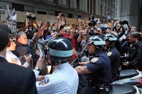 La policía cerca a los manifestantes. | Foto: Afp