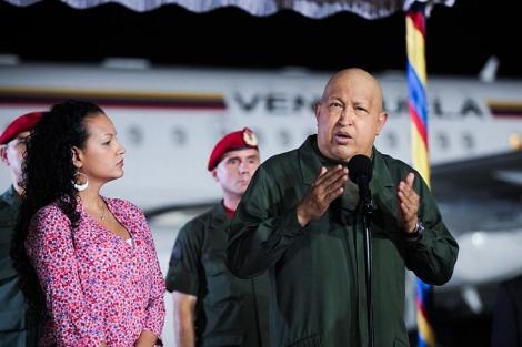 Chávez junto a su hija este domingo antes de partir a Cuba. | AFP