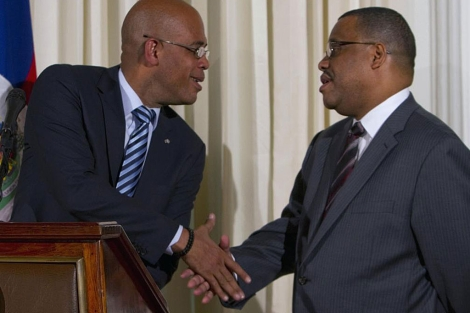 Michel Martelly saluda al primer ministro Garry Conille. | Reuters
