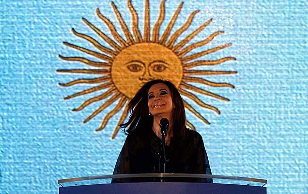 Cristina Fernández, con el Sol de Mayo detrás.   Reuters