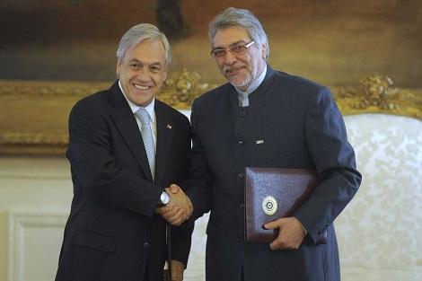 Piñera (i) y Lugo (d) se saludan en el marco de la Cumbre Iberoamerica.| Efe