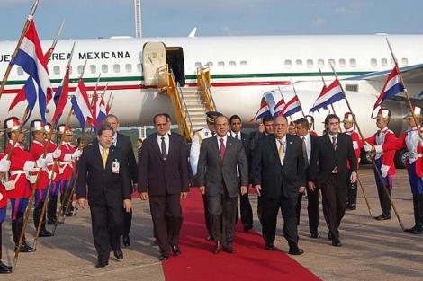 Calderón, segundo por la izquierda, a su llegada a Asunción. | AFP