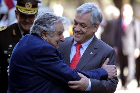 El presidente de Chile, Sebastián Piñera, es recibido por el uruguayo José Mujica en Montevideo.   Efe