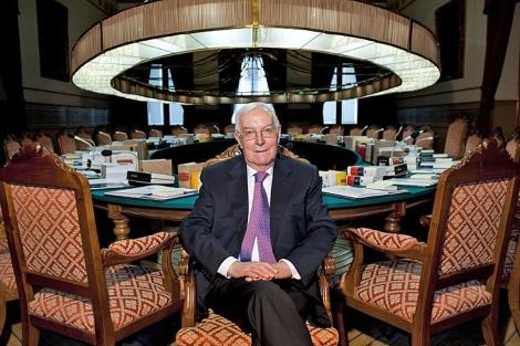 Víctor García de la Concha en una sala de reuniones de la Real Academia de la Lengua. | EFE