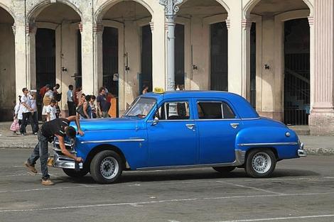 Un cubano arregla su 'almendrón'. | Jorge Barreno