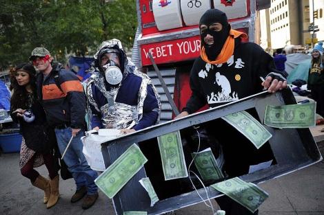 'Indignados' disfrazados y abrigados por el frío en Nueva York. | AFP