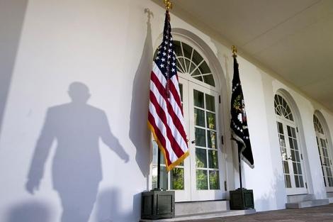 Sombra del presidente Obama al pasar por el jardín de la Casa Blanca. | AP