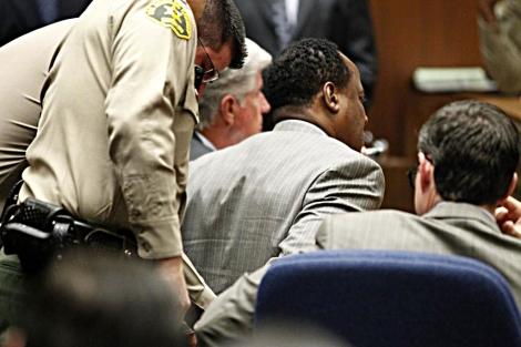 Conrad Murray es esposado en la Corte de Los Ángeles. | AFP