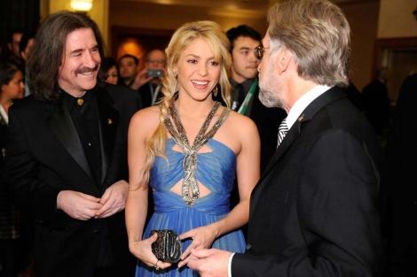La cantante con Luis Cobos a su derecha y Neil Portnow a su izquierda. | AFP